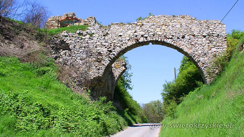 Pozostałości ruin zamku w Ossolinie