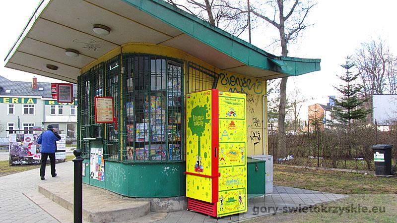 Lodówka przy kiosku na ulicy Bodzentyńskiej